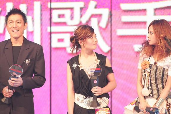图文:亚洲歌手大奖获得者同台三人表情都有趣