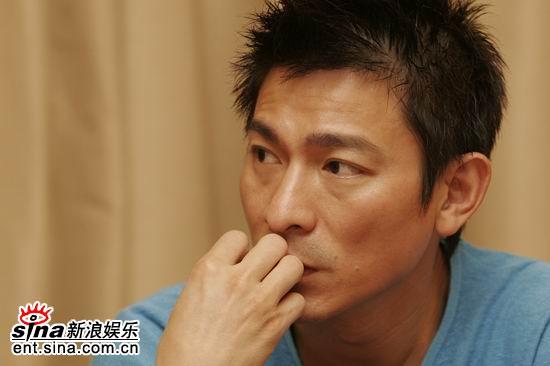 图文:刘天王很认真的在听主持人的问题