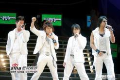 组图:台北音乐节大雨搅局蔡依林等淋雨唱到尾