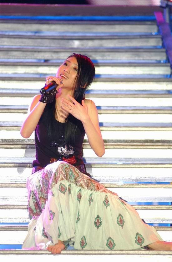 图文:狂乐一夏演唱会--戴佩妮现场演唱