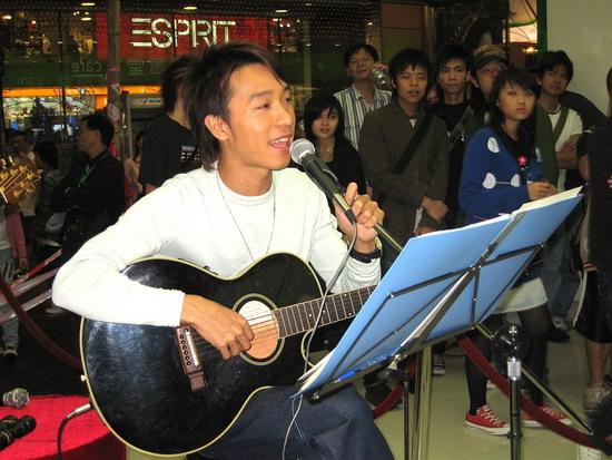 吴彤举行小型音乐会度身订做失恋情歌赠师妹