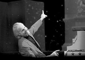 钢琴王子理查德-克莱德曼音乐会上送乐谱(附图)