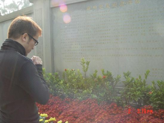 歌手雷龙元旦瞻仰烈士英雄为自己曾是军人自豪