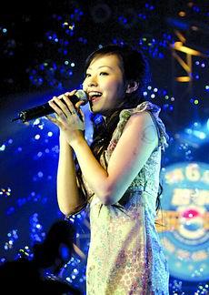 张靓颖拉票避谈绯闻现场献新歌与歌迷互飙高音