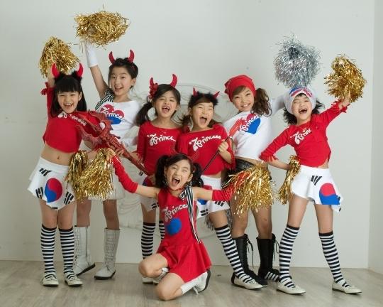 韩儿童组合七公主地铁公演模仿李孝利舞蹈(图)