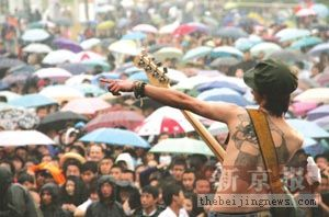 迷笛音乐节雨中落幕现场观众热情不减(图)