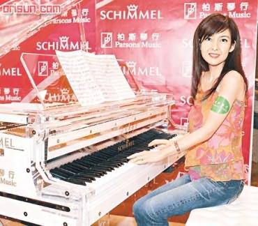 周慧敏获116万玻璃钢琴演唱会自弹自唱(附图)