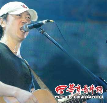 摇滚20年纪念演唱会铁杆歌迷少崔健孤独呐喊