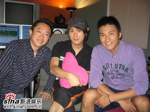 胡兵新加坡拍摄《超级男女》探望好友李��(图)