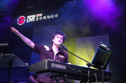 李泉SUPERLIVE现场化身舞台精灵且弹且唱(图)