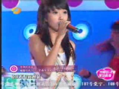 图文:超女广州赛区决赛-杜长蕊表情专注演唱