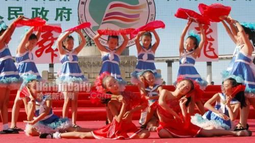 """少年""""飞翔""""哈夏齐贺家乡国际性艺术盛会(图)"""