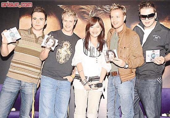 卫兰兴奋与Westlife共演互赠CD台上拥吻(图)