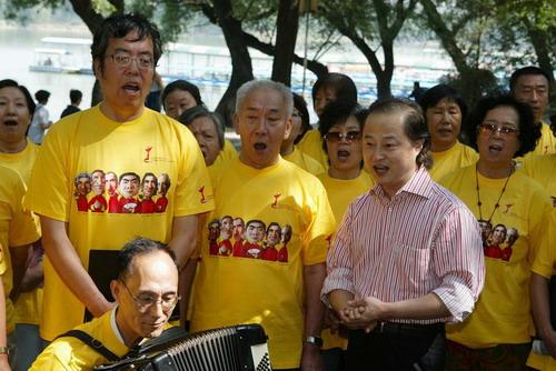 资料图片:音乐节负责人曾伟与合唱团一起高歌