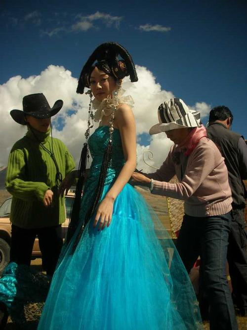 萨顶顶蓝色婚纱分外妖治雪山下举行梦想中婚礼