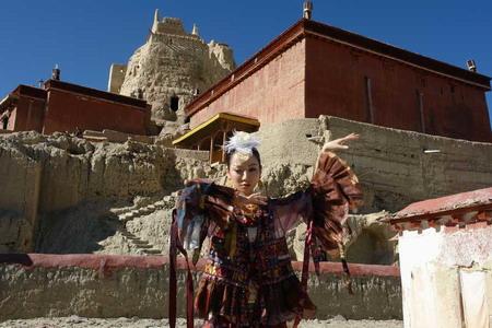 神秘音乐人萨顶顶西藏悬崖放歌镇定自若(组图)