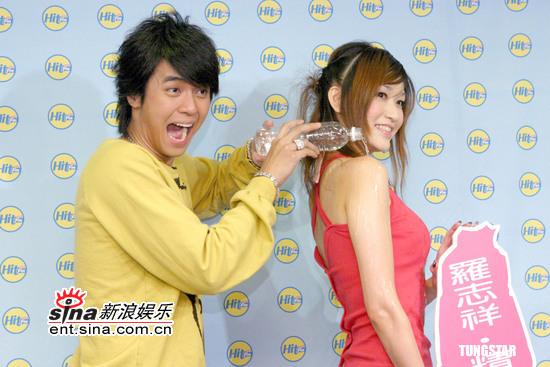 罗志祥与辣妹上演湿背秀被称男人中的男人(图)