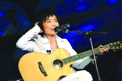 超女上海巡演许飞《那年夏天》全场合唱(图)
