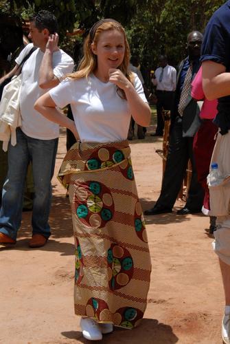 前辣妹成员洁芮访非洲穿民俗裙滑落险出丑(图)