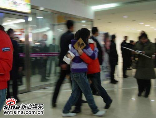 李宇春签售直播造交通瘫痪走到安检会歌迷(图)