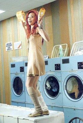 容祖儿洗衣机上扭腰摆臀拍广告不忘秀身材(图)