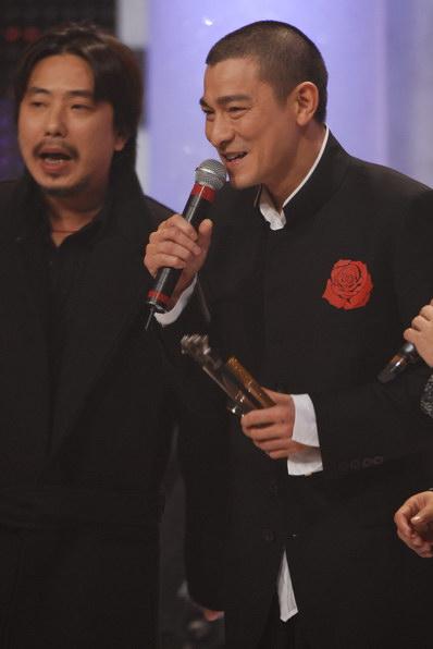 刘德华挑战自我加冕多个金奖笑傲十大劲歌金曲