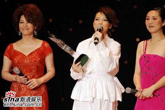 卫兰《心乱如麻》获颁第九首金曲(图)
