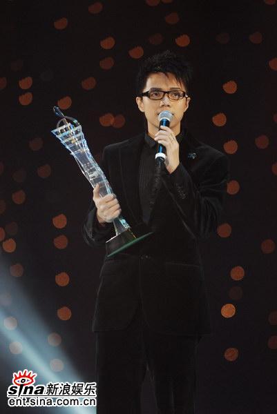 张敬轩获颁年度最佳进步奖(图)