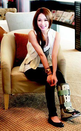 萧亚轩广州宣传坐着轮椅与数百名歌迷见面(图)