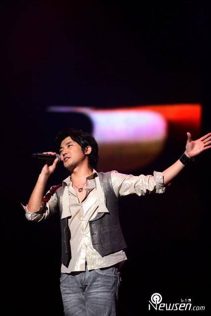 安在旭在日与歌迷共度情人节SG神话同台献艺