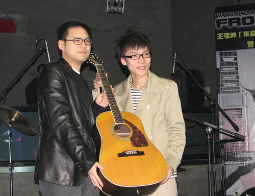 王啸坤来自火星巡演启动提前庆祝19岁生日(图)