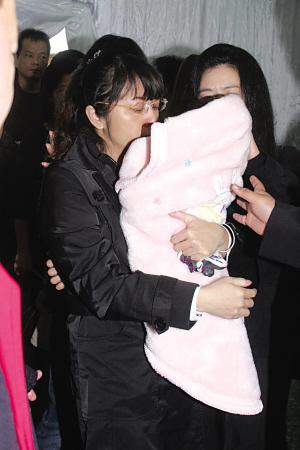 马兆骏追悼会夫人抱着刚满月的女儿送别夫君