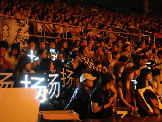 刘力扬青年节抵鹏城热力签唱《十全十美》(图)