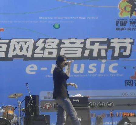 杨川平高歌朝阳音乐节主动和家乡歌迷打招呼