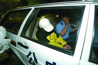 歌手谢东与女友涉嫌吸毒在家中被抓(组图)