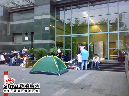 五月天上海个唱即将开场歌迷彻夜排队预定VIP