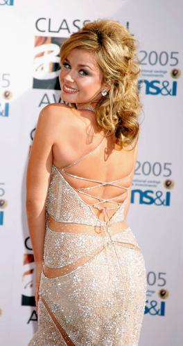 组图:2005年全英古典音乐奖女星大露酥胸玉背