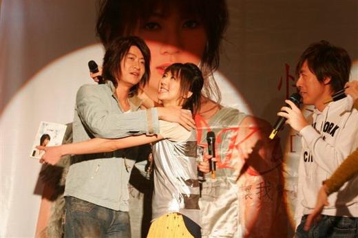 资料图片:黄淑惠和朋友们--深情相拥