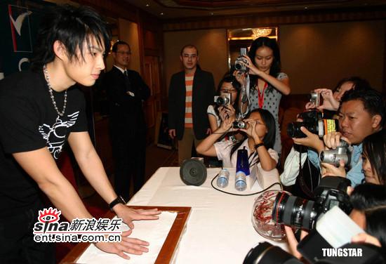 马来西亚主要是为演唱会造势。这场吴建豪2007云顶演唱会将于3月3日在云顶云星剧场举办,表演嘉宾为李玖哲。 吴建豪的3月3日演唱会碰巧与王力宏演唱会撞期,他说:心情蛮开心的去年我任力宏香港演唱会的嘉宾,本来这次我想找他做嘉宾,可惜我们都在同一天开唱,但我相信我们一定会有机会合作的。    关于台湾观光局邀F4一同拍偶像剧一事,吴建豪只回答:F4会再次合作。他续道,他们感情都蛮好的,平时都有互相联络彼此。    这次马来西亚开唱,吴建豪感觉很开心,他说在美国休息了一个月,现在出来工作,他又可以