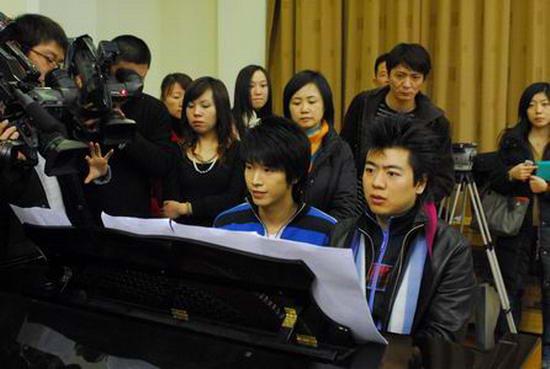 朗朗和好男儿宋晓波两脚绑在一起弹钢琴(组图)