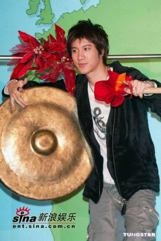 组图:王力宏发布04年压轴专辑《心中的日月》