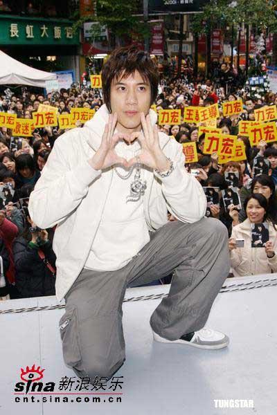组图:王力宏签唱引来4000歌迷蔡依林献花助阵