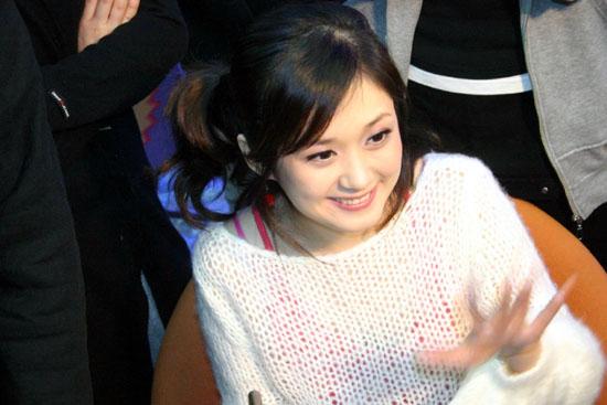 组图:张娜拉举行首张中文专辑《一张》签售