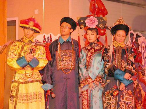 组图:张敬轩生日玩转古现代与众乐迷同欢作乐