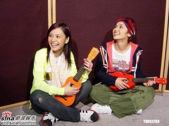 组图:twins新国语专辑杀青好友送来吉他祝贺