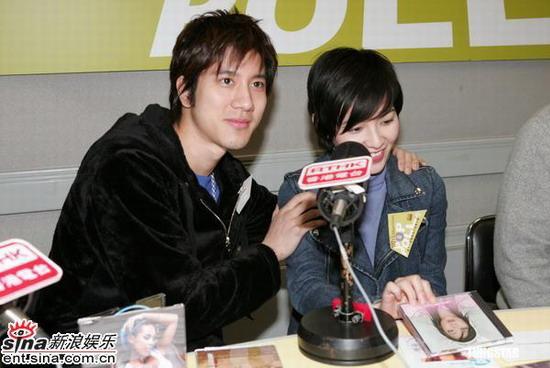 组图:王力宏出席电台节目称范晓萱是好朋友