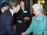英女王接见艾瑞克・克莱普顿等吉他大师(附图)
