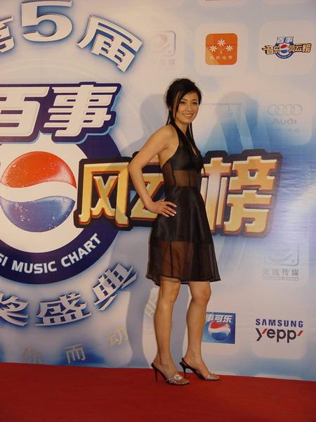 图文:张庭一袭黑色丝薄连裙开心出席后台访问
