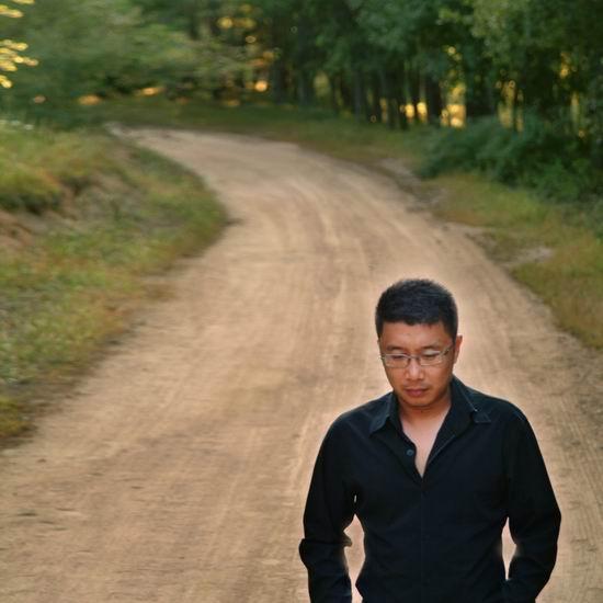 资料图片:中国网络歌手庞龙将与你亲密接触