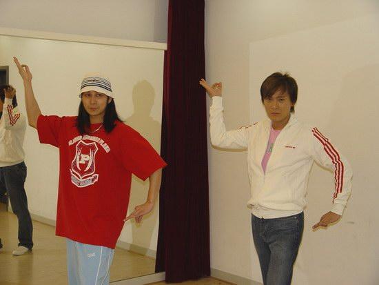 组图:张信哲个唱要玩72变彩排现场练阿拉伯舞